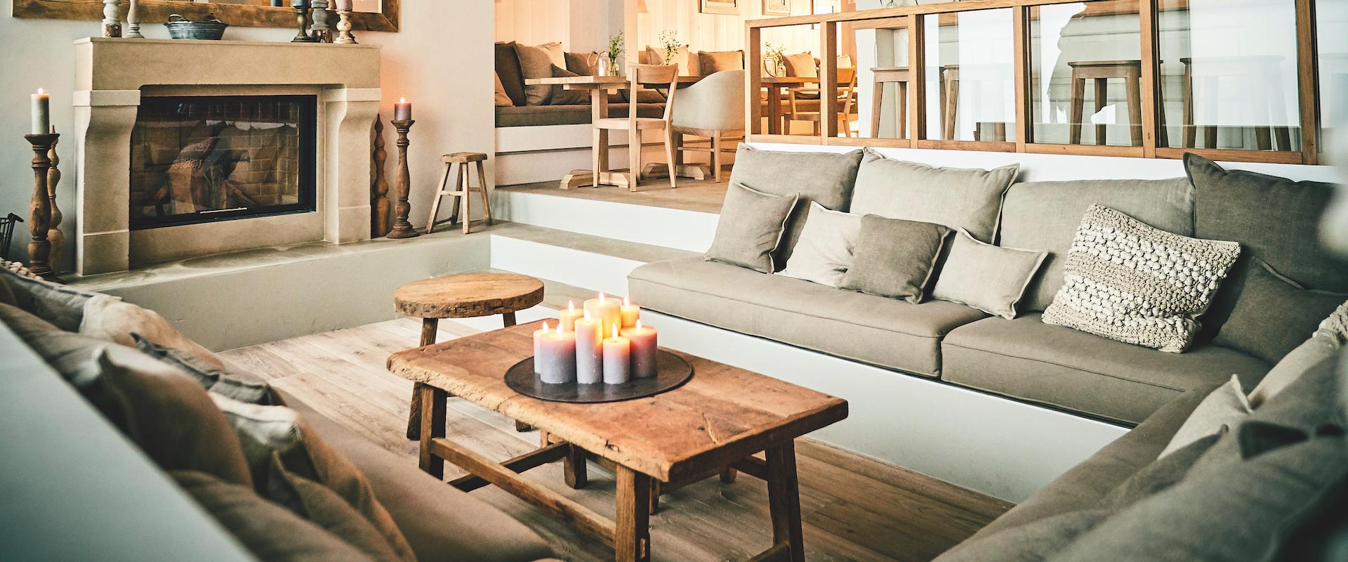 barefoot Hotel_Loungebereich mit offenem Kamin_©barefoot Hotel_Nikolaj Georgiew